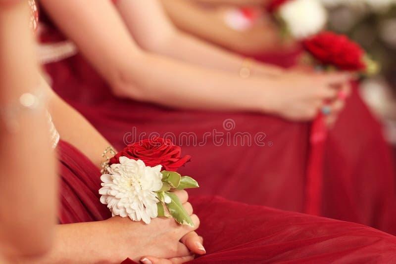 拿着花的女傧相 免版税库存照片