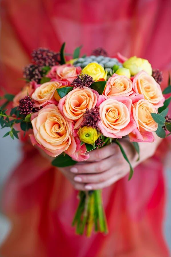拿着花花束的妇女手 免版税库存图片