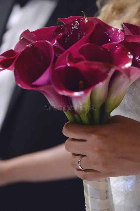 着花_拿着花花束的妇女