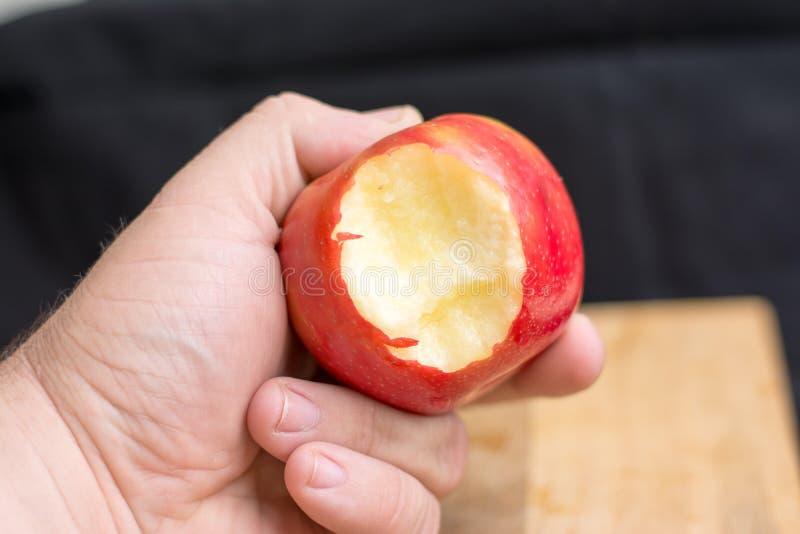 拿着苹果的男性手 库存照片