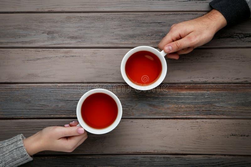 拿着茶的手 免版税库存图片