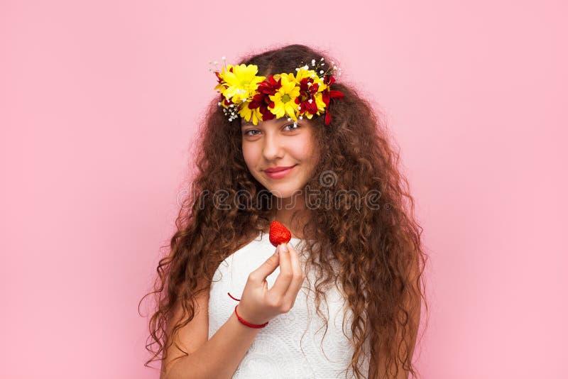 拿着草莓的女孩佩带的诗歌选 免版税库存图片