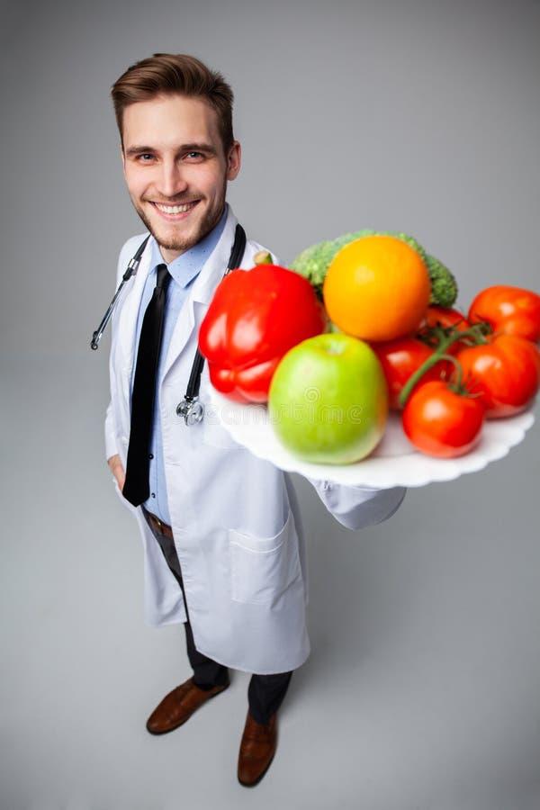 拿着菜,健康菜,饮食食物概念的医生 库存照片