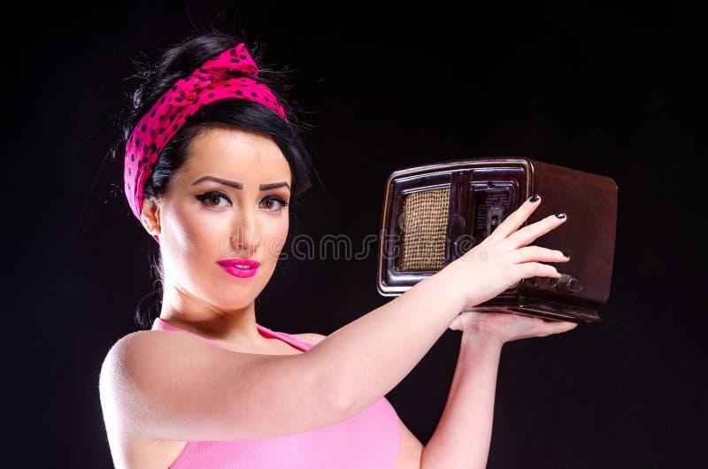 拿着葡萄酒收音机的画报女孩 免版税库存照片