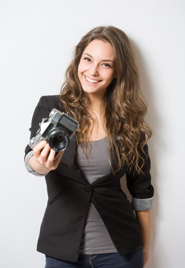 拿着葡萄酒照相机的深色的秀丽。 免版税库存照片