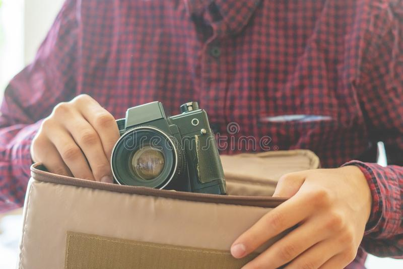 拿着葡萄酒照相机f的年轻人手的关闭 库存照片