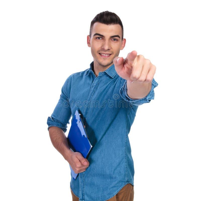 拿着蓝纸的偶然人要做出选择 免版税库存图片