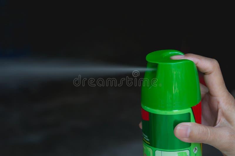 拿着蚊子浪花的手 使用从马胃蝇蛆的人蚊子浪花 库存照片