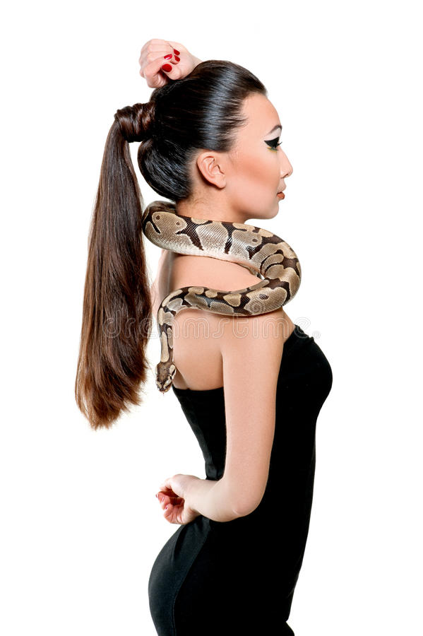拿着蛇的一点黑礼服的美丽的亚裔女孩 免版税图库摄影
