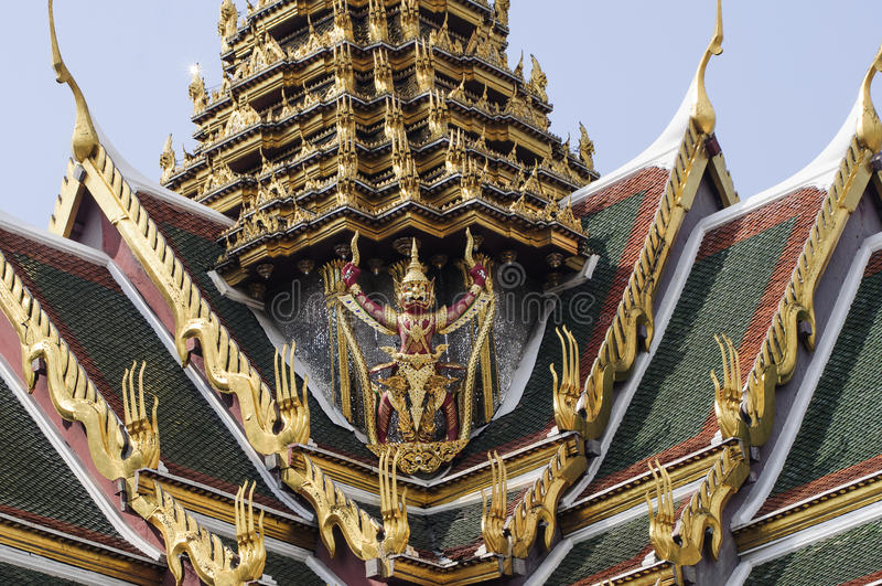 拿着蛇雕象的鹰报在盛大宫殿的后面 图库摄影