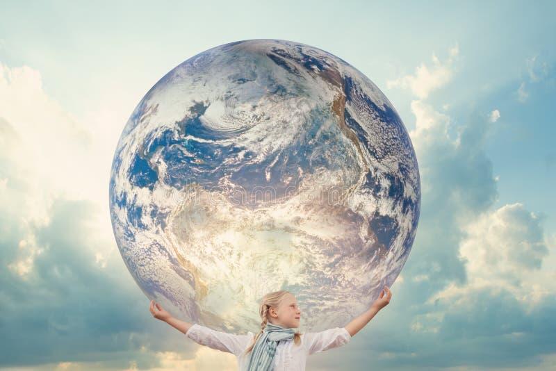 拿着行星地球的女孩 E r 免版税库存照片