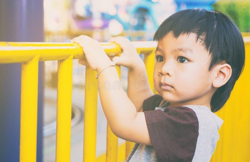 拿着街道篱芭的亚洲女孩 图库摄影