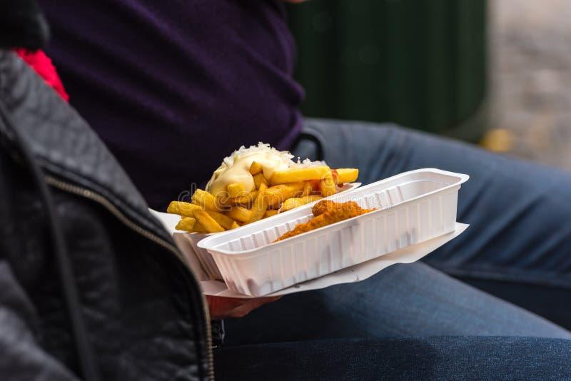 拿着街道食物的人 库存照片