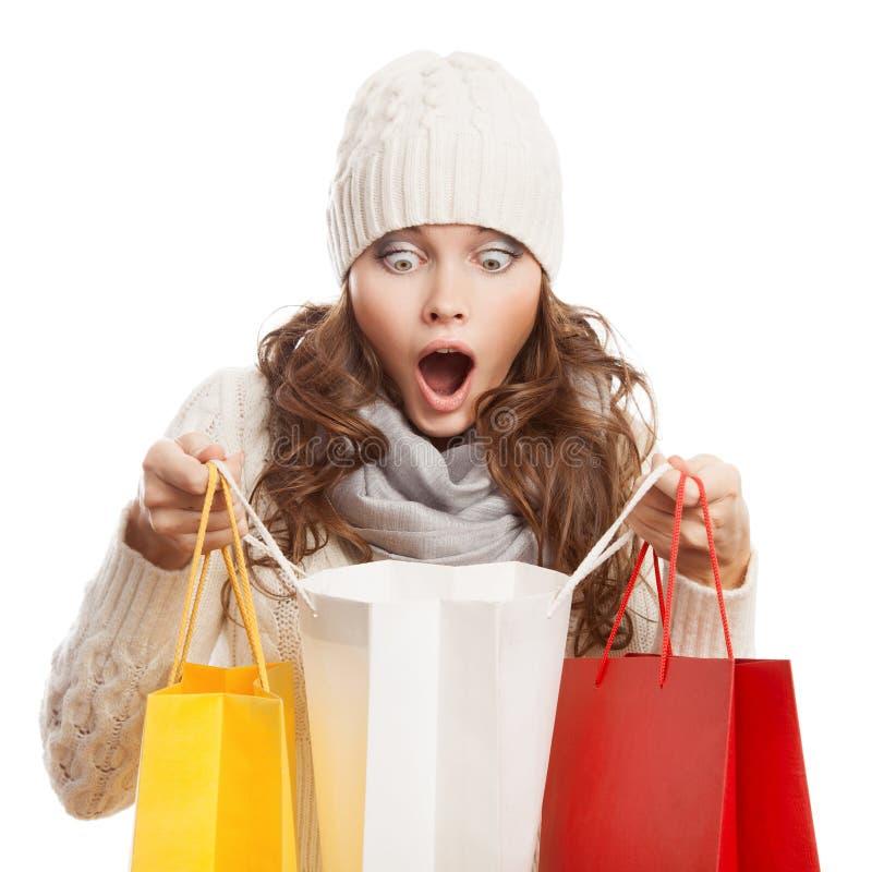 拿着袋子的购物的惊奇的妇女 冬天销售 免版税库存照片