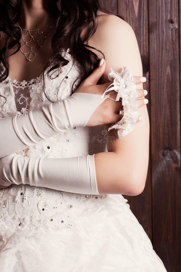 拿着袜带的新娘 图库摄影