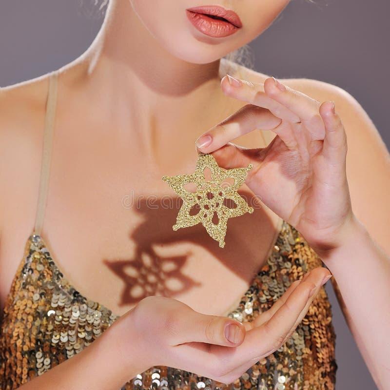 拿着装饰星的妇女手 免版税库存照片