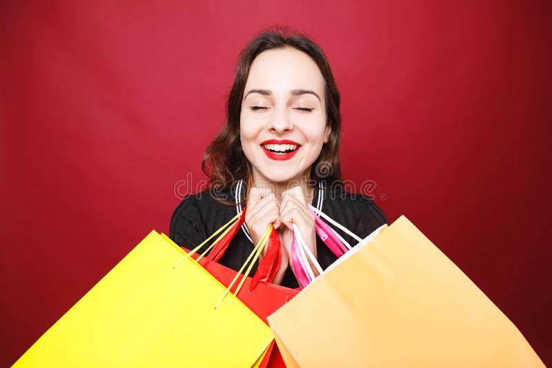 拿着许多购物袋的可爱的妇女 免版税库存照片