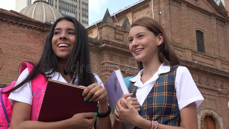 拿着课本的天主教学校女孩 免版税库存图片