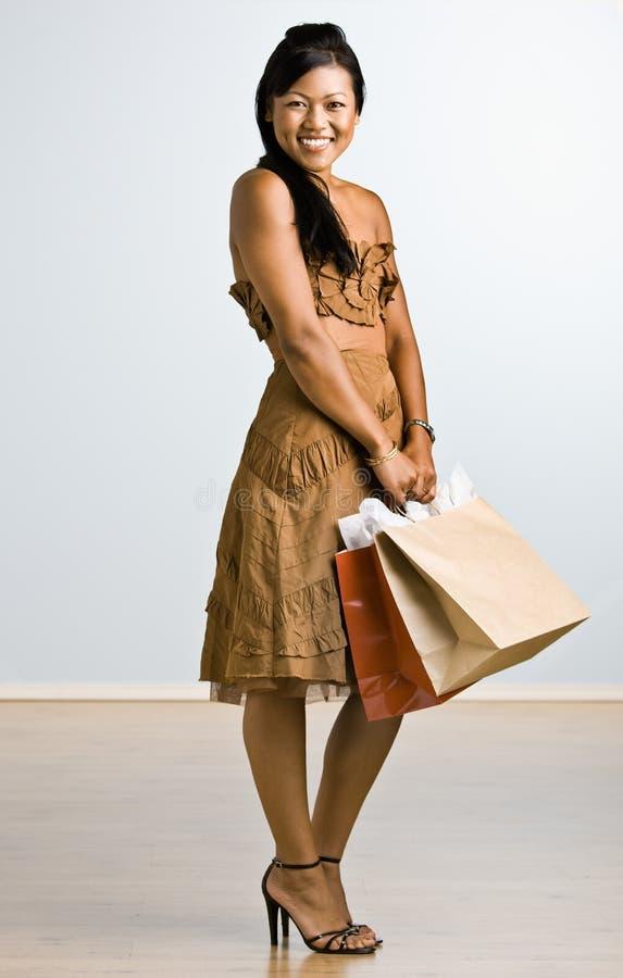 拿着购物妇女的亚洲袋子 库存照片