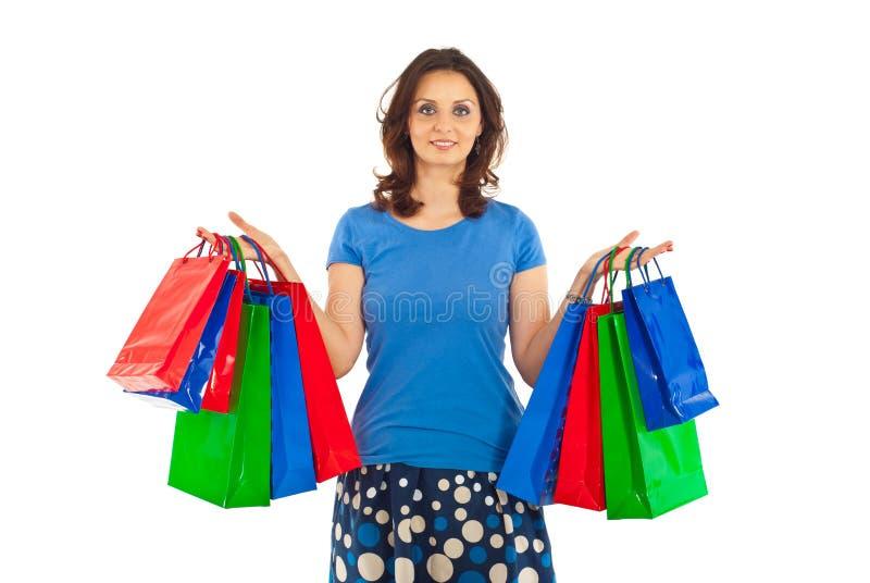 拿着购物微笑的妇女的袋子 库存图片