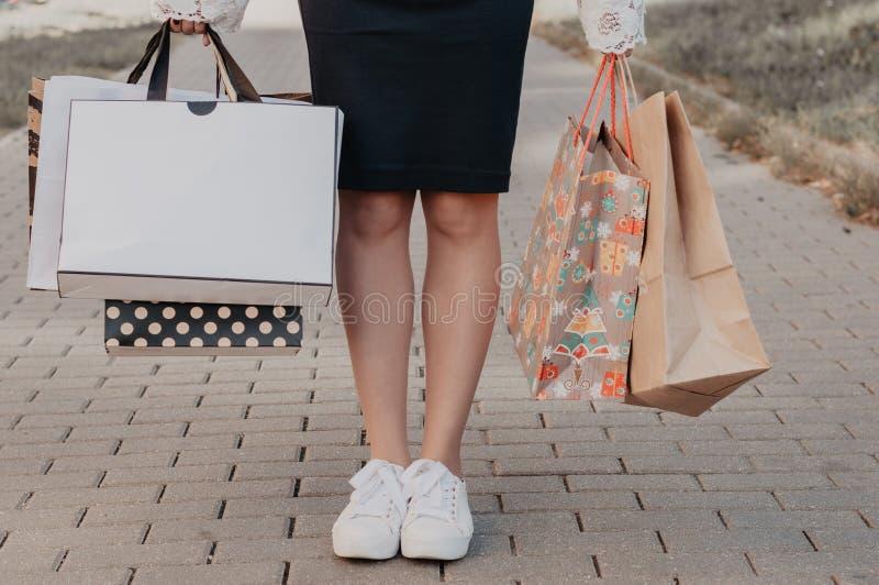 拿着购物袋的妇女 免版税库存图片