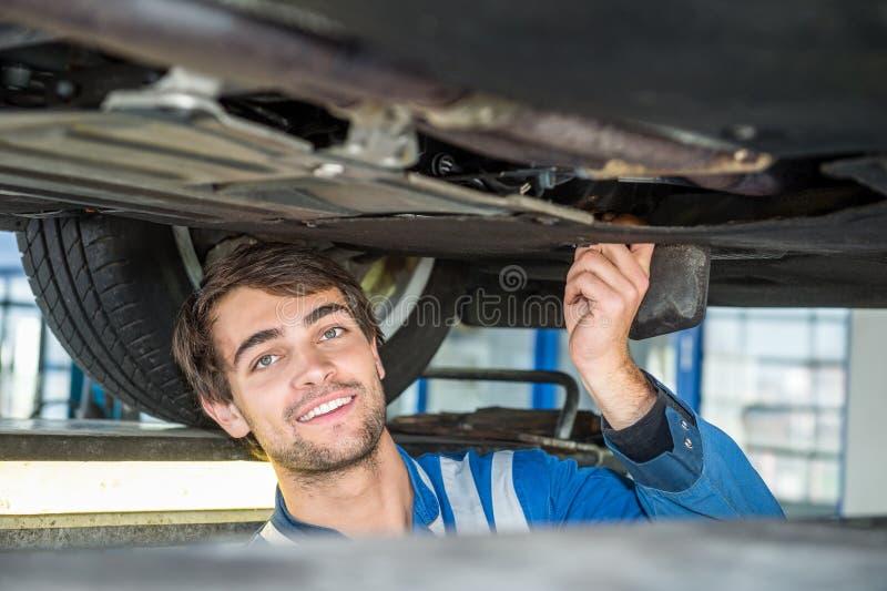 拿着车胎的微笑的女性技工 免版税库存图片