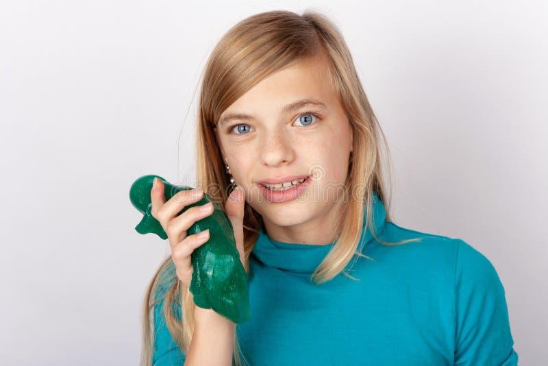 拿着软泥的逗人喜爱的女孩 免版税图库摄影