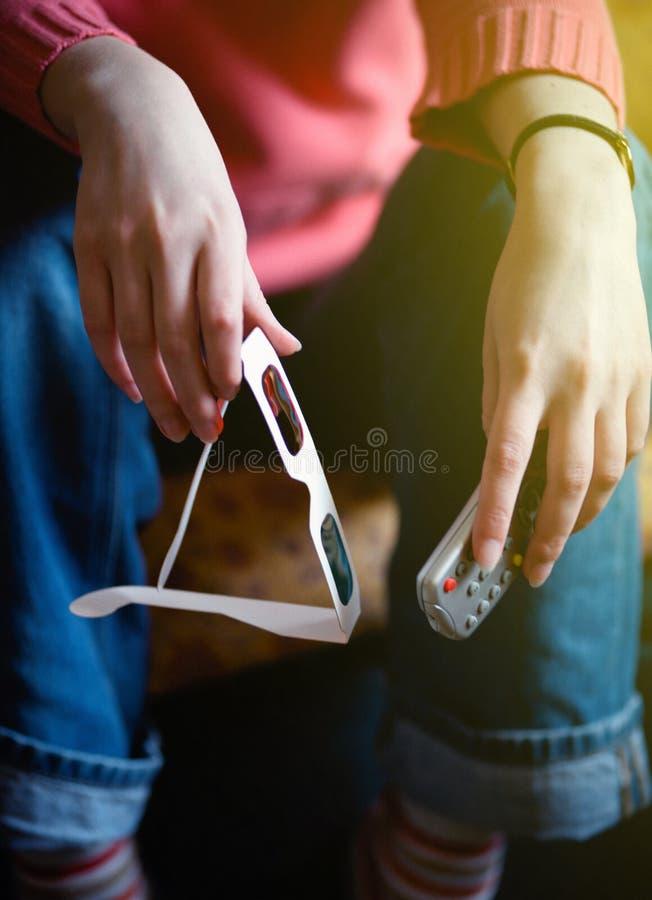 拿着遥控和3d玻璃的妇女 库存照片