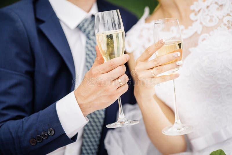 拿着酒杯的婚礼夫妇 免版税库存图片