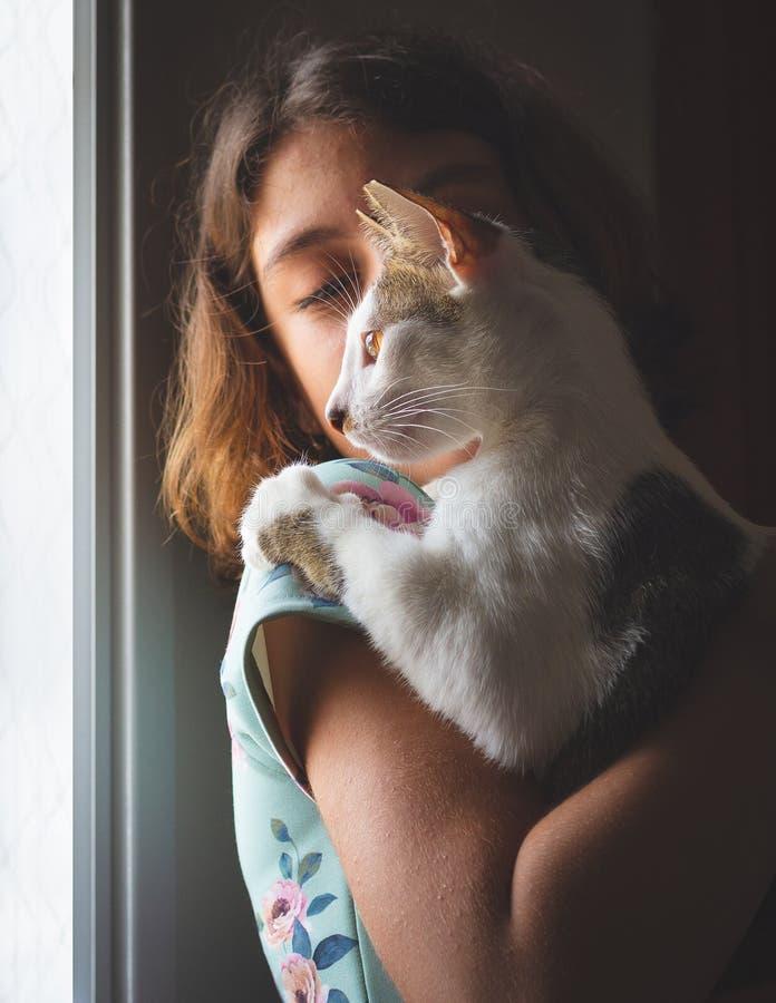 拿着野猫的女孩 库存图片
