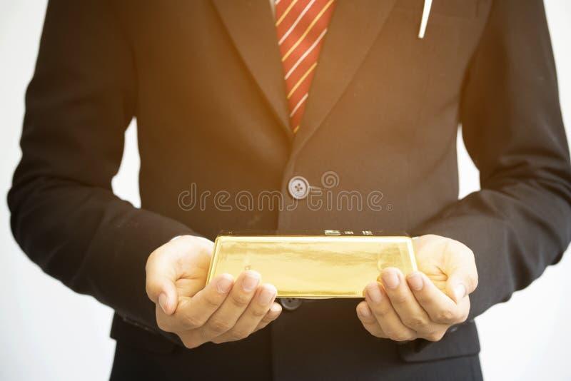 拿着金制马上的齿龈的商人 库存照片