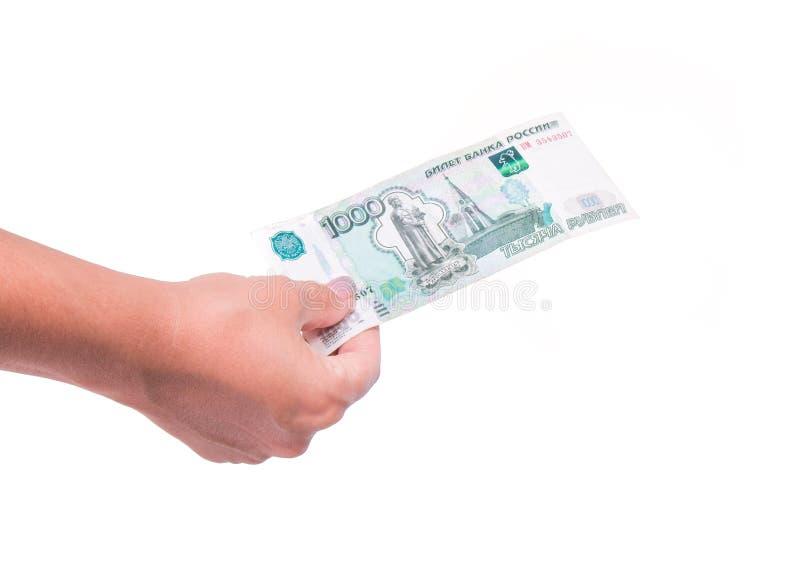 拿着金钱的人的手,分享一千卢布钞票 被隔绝的兑换处和捐赠概念 库存图片