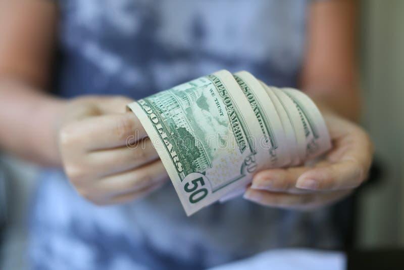 拿着金钱的妇女手 免版税库存图片