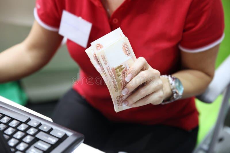 拿着金钱,一盒的妇女五千卢布钞票  库存照片