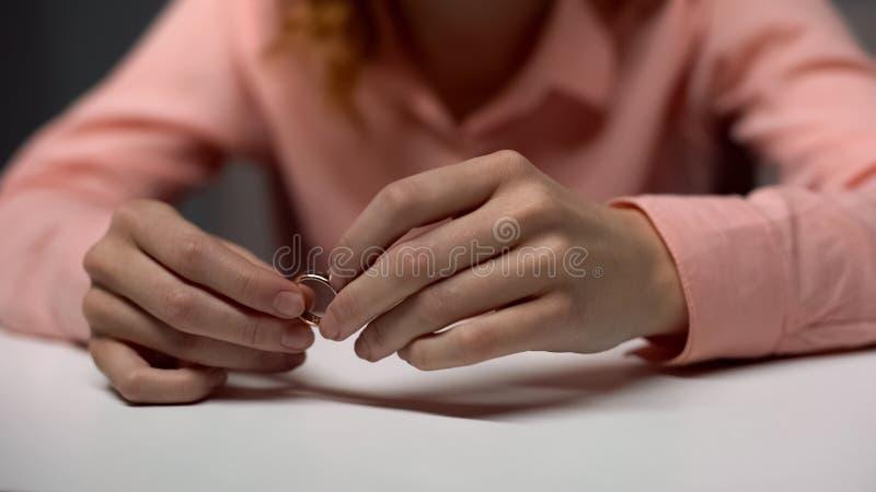 拿着金黄结婚戒指,家庭问题,心理帮助,离婚的夫人 库存图片