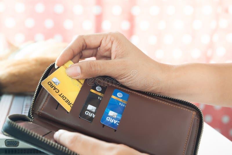 拿着钱包和采摘信用卡的妇女手 电子商务付款 库存图片