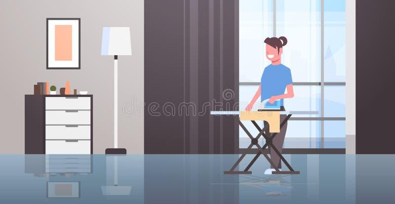 拿着铁微笑的女孩的主妇电烙的衣裳年轻女人做家事概念现代公寓内部女性 向量例证