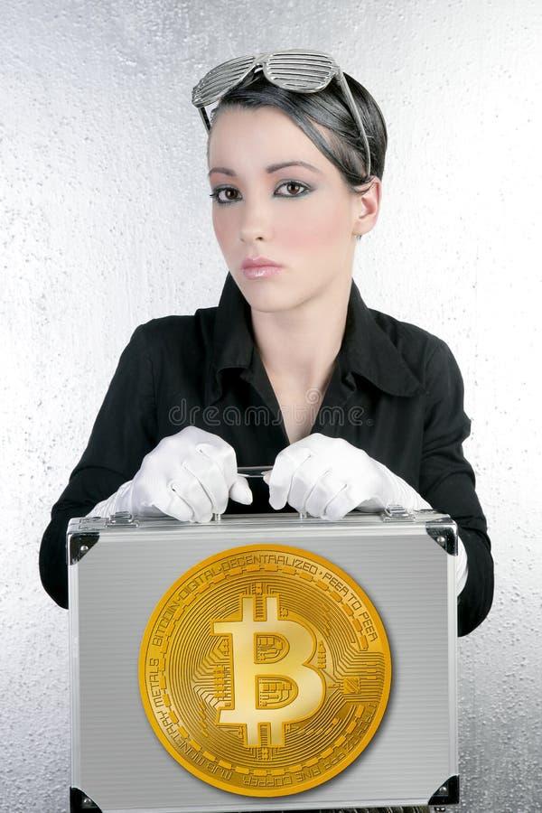 拿着银色公文包的未来派Bitocin女实业家 免版税库存照片