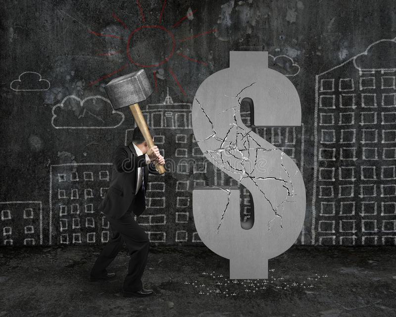 拿着锤子的商人击中与buil的破裂的美元的符号 免版税图库摄影