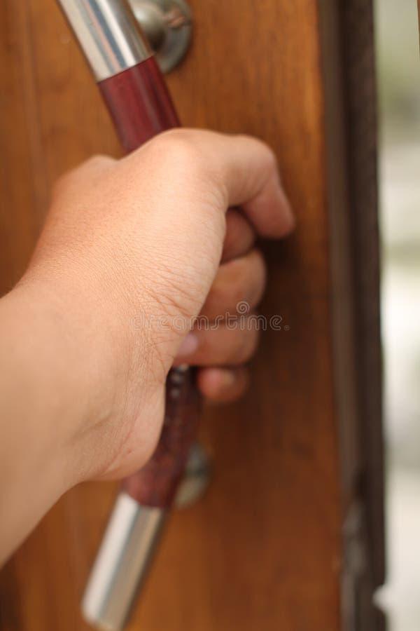 拿着门把手,版本2 库存图片