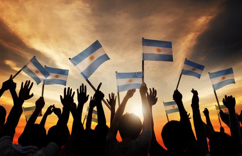 拿着阿根廷的旗子的人剪影  库存图片