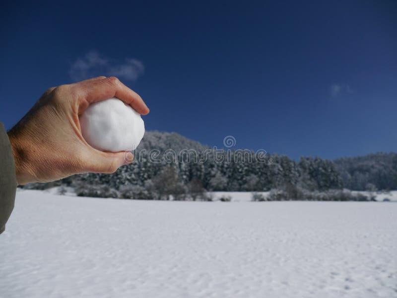 拿着雪球的手 库存照片