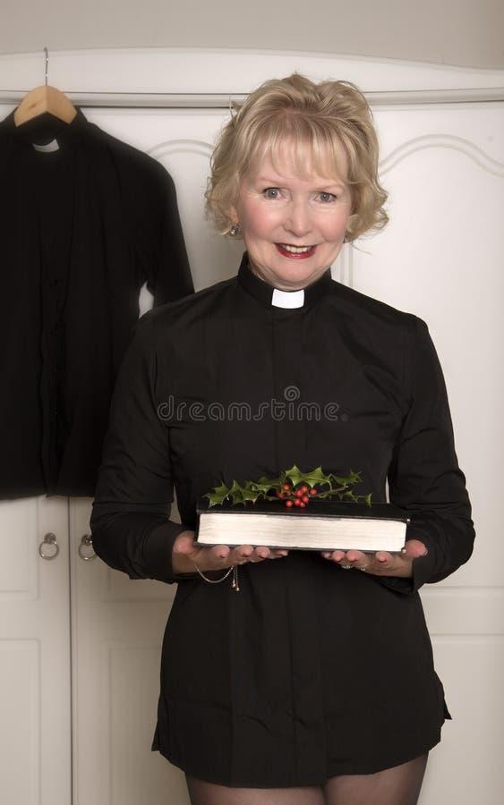 拿着霍莉的小树枝妇女教区牧师 免版税库存图片