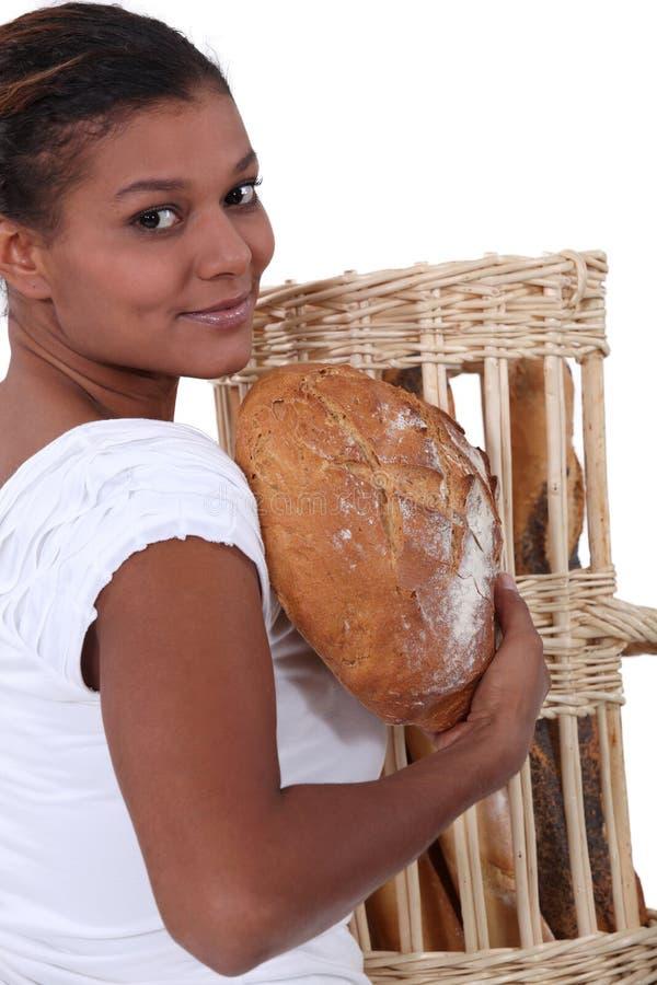拿着面包的妇女 免版税库存照片