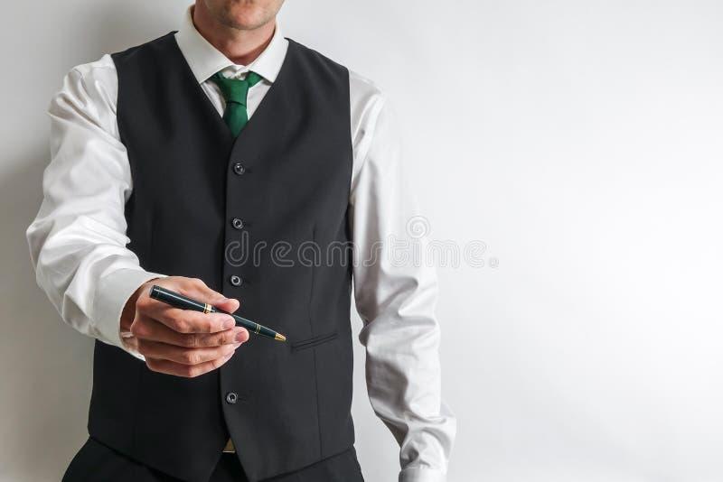 拿着顾客的商人一支笔能签合同 免版税图库摄影