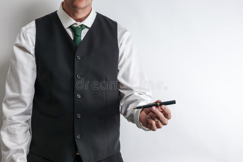 拿着顾客的商人一支笔能签合同 库存照片