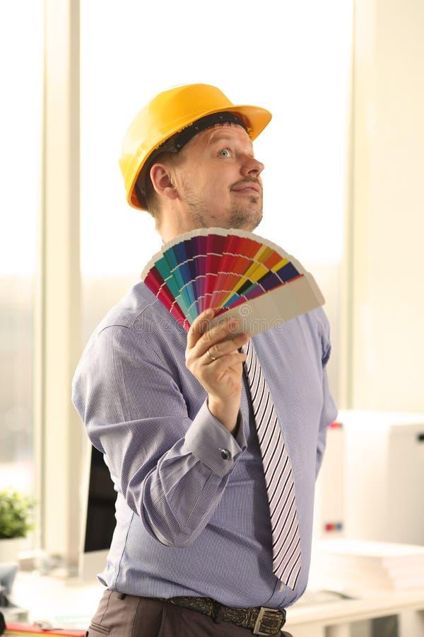 拿着颜色样片的男性白种人装饰员 免版税库存照片