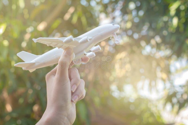 拿着飞机模型,旅行概念的手 库存照片