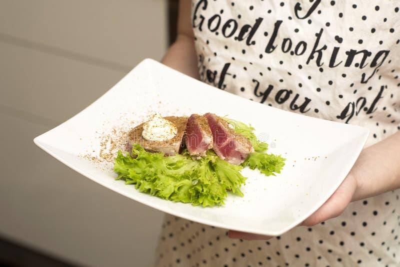 拿着食物的板材女孩 图库摄影