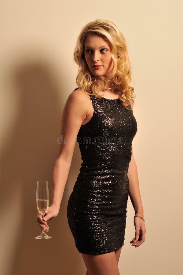 拿着香槟的妇女 免版税库存照片